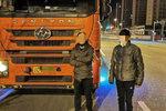 重型货车闯疫情防控卡点 两人被控制!