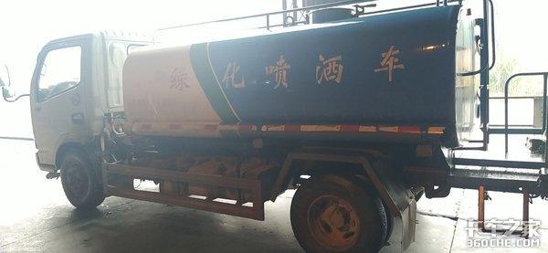 任劳任怨清洁工实拍东风多利卡洒水车