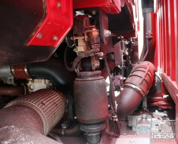 工程机械运输实力担当,江铃威龙8X4平板运输车配置很专业