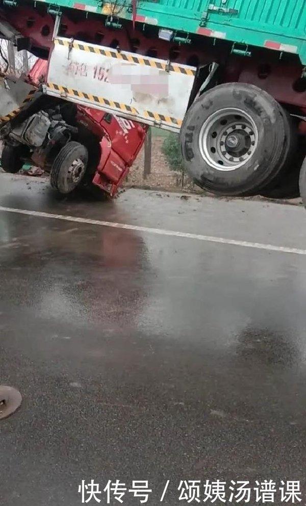 在濮�高速路上,一�v大��在雨中�确�