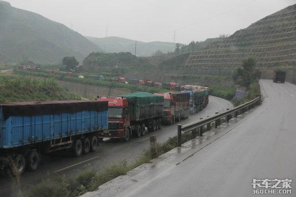 煤炭运输一车难求!货车收费实施的第一天:司机不拉煤、货主暂停进货