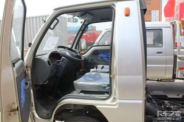 稳定的动力总成,结实的车架,这是一台实打实干重活的自卸微卡