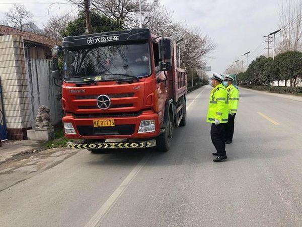 华阴:查源头强管控开展货车专项整治