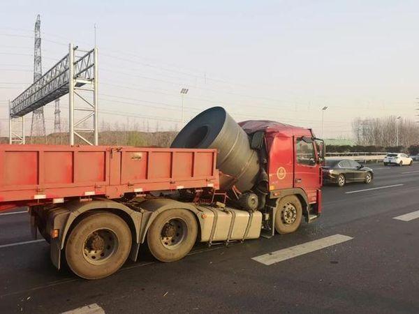 货车钢卷未捆牢高速上老司机神操作救了自己一命!