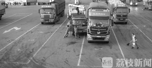 货车溜车司机挡车身亡家属索赔61万保险公司却拒绝赔偿!