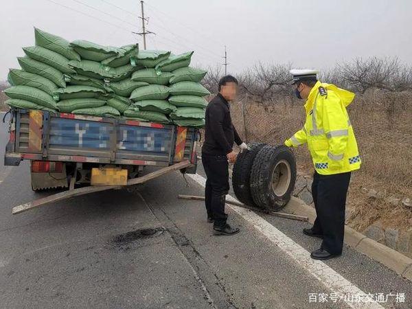 货车高速上跑丢两轮胎违规拖车被罚200网友:私自拖车操作不当要命