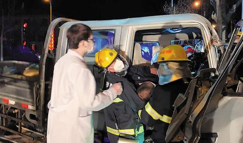 行车安全记心间货车司机被困驾驶室内货车正在漏油!