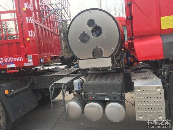 重汽豪瀚N7G轻量化LNG牵引车+钢板悬架挂车,这配置拉煤不香吗?