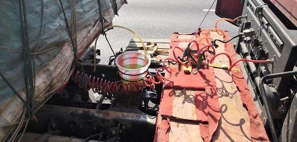 活久见!油管出问题货车司机用水桶做油箱准备再开8公里