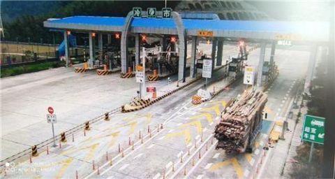 5.1米高货车谎称4.5米结果被困高速进退两难