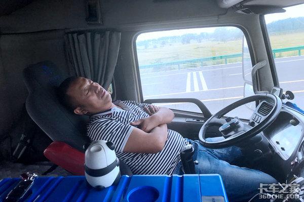 今天你困了吗?高速行车不犯困快来学疲劳驾驶的应对办法