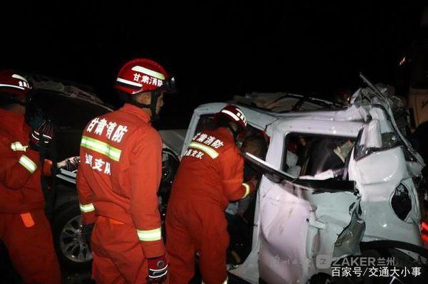 连霍高速惨祸货车与8小车相撞致2死12伤!