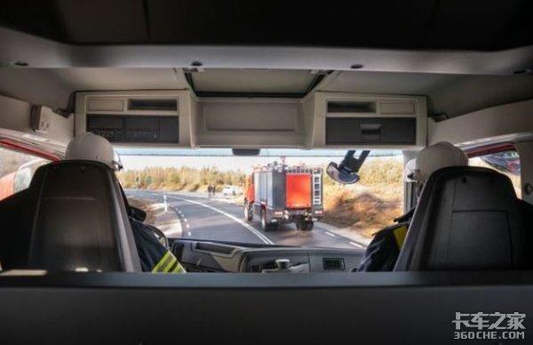 狭窄道路通过性更好,同时能坐6-8人,详解沃尔沃FMX双排座消防车