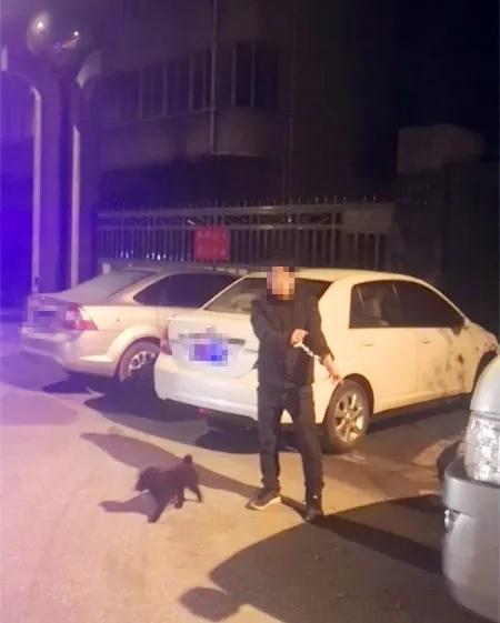 丧心病狂!连续撬车偷钱的他!终于被抓了!