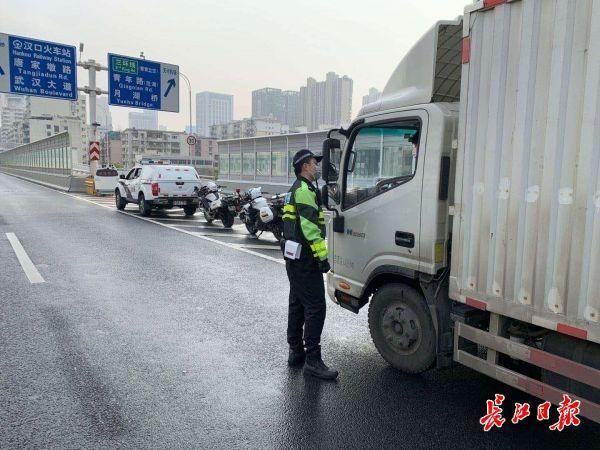货车禁上快速路及桥隧武汉交通已基本恢复