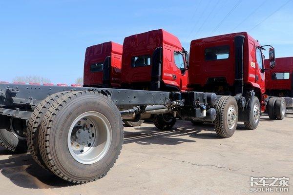底盘+货箱总重才8.5吨,柳汽M3小三桥载货车拉重货更划算