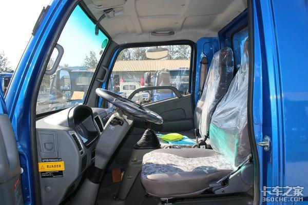虽然内饰略显寒酸,底盘却下足了功夫,这台蓝牌自卸车只要7万元