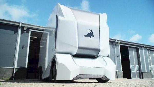黑科技?这是智能卡车Einride展示司机同时操控两辆卡车