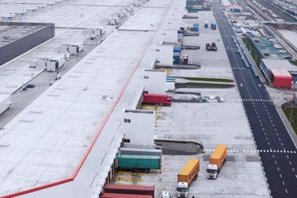 惊了!特斯拉上海工厂数百机器人在工作