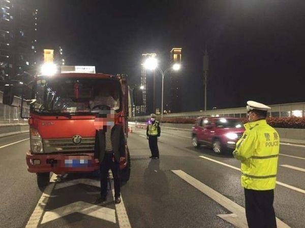 一次性被记12分!货车司机为逃避处罚安装活动车牌架