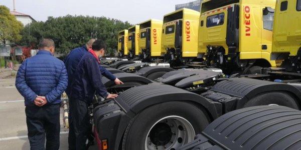红岩危化品运输车大批交付上海交运为危化品运输保驾护航