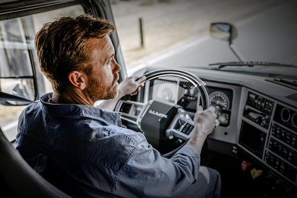可减少司机85%的负担!麦克货车推出最新驾驶辅助技术