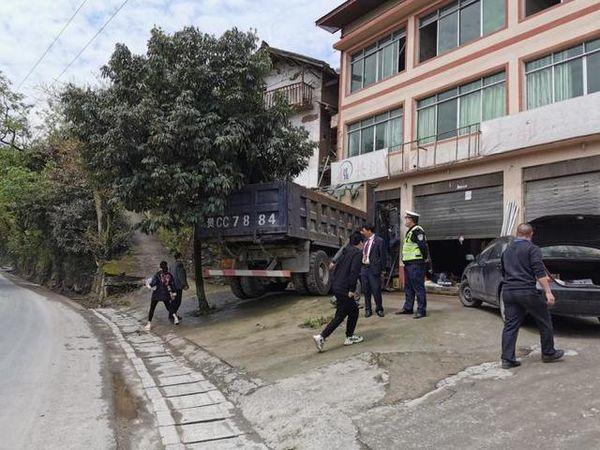 """货车冲进村民房屋对方要求赔偿14万货车被迫""""尘封""""四个月"""