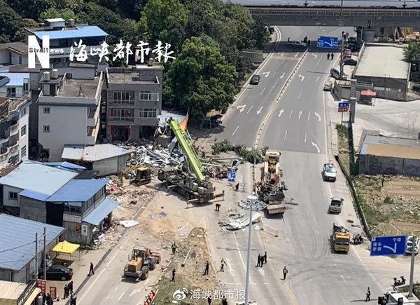 直击福建罗源货车交通事故现场民房被水泥管桩撞出窟窿
