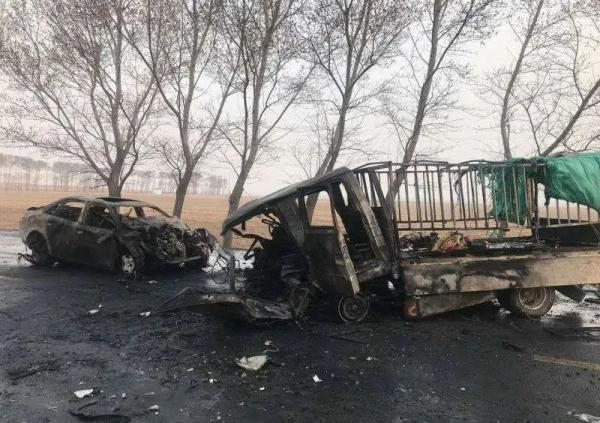 11死5伤吉林车祸:三车连撞致货车起火!货车是否载客正调查中