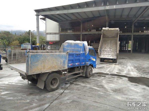 专注袋装水泥运输实拍十通锐龙自卸车