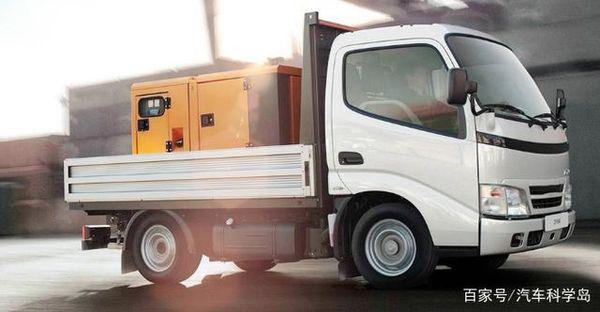 货车行驶中货物掉落引发事故责任如何划分律师:得看情况