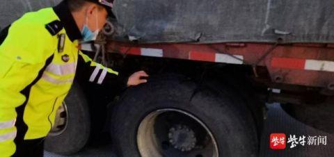 货车高速爆胎直冒火星司机还敢继续开
