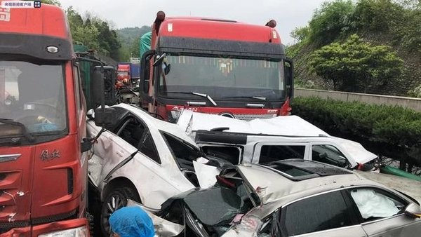 4死1伤京昆高速陕西段突发7车相撞事故现场画面曝光