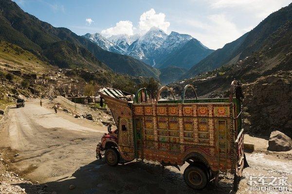 这就是巴基斯坦人花2年薪水改装的卡车,说实话我有点受不了这种审美