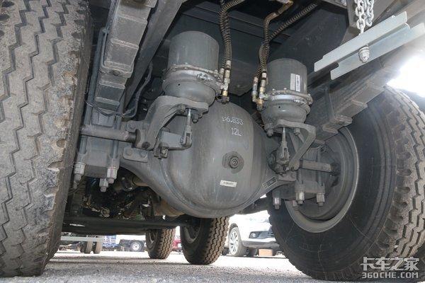 装15.6吨沙石不超载重汽王牌力狮6x2自卸车图解