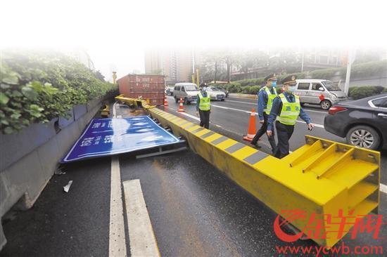 """广州又见超高货车撞上龙门架限高多少才能不""""添堵""""?"""