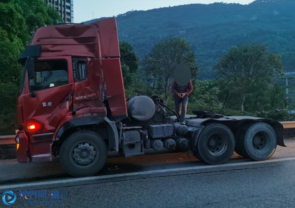 """车头货厢两""""分离""""高速路上货车竟然""""自己撞自己"""""""