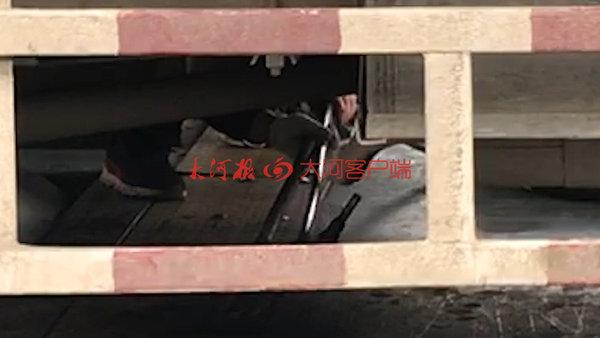 '黄牛'操作环保检测设备800块钱审辆车