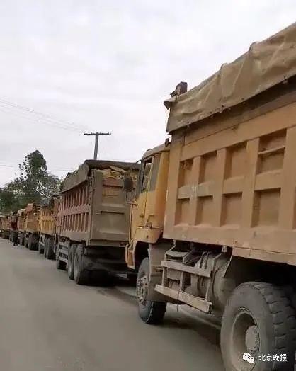 货车超载被查司机喊来40辆货车'撑腰'交警:全超载挨个处罚