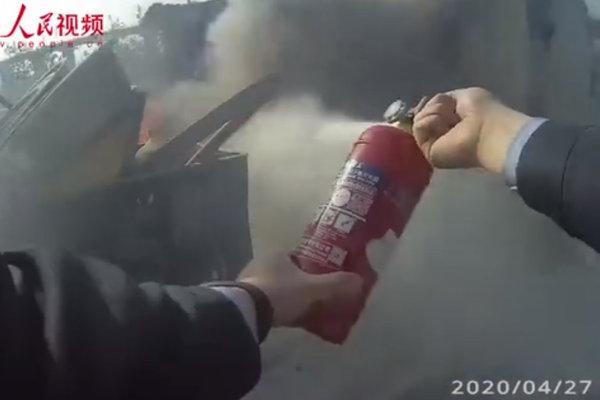 """""""你有没有灭火器?""""货车自燃交警借10瓶灭火器扑灭"""