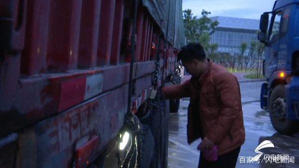 凌晨还奔波在路上的货车司机:吃住在车里困了睡服务区