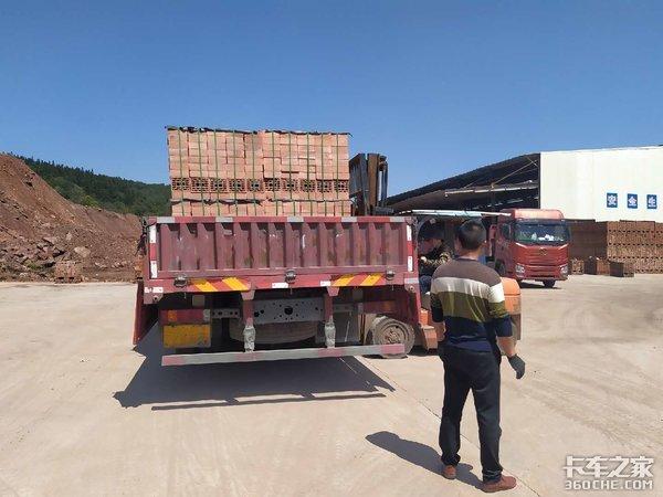 打包砖运输既要轻量化也要长轴距,车主大胆选择了9米6重汽T5G