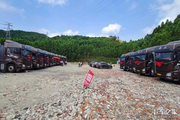 东莞永强青岛解放13台JH6牵引车顺利交付佛山万方物流