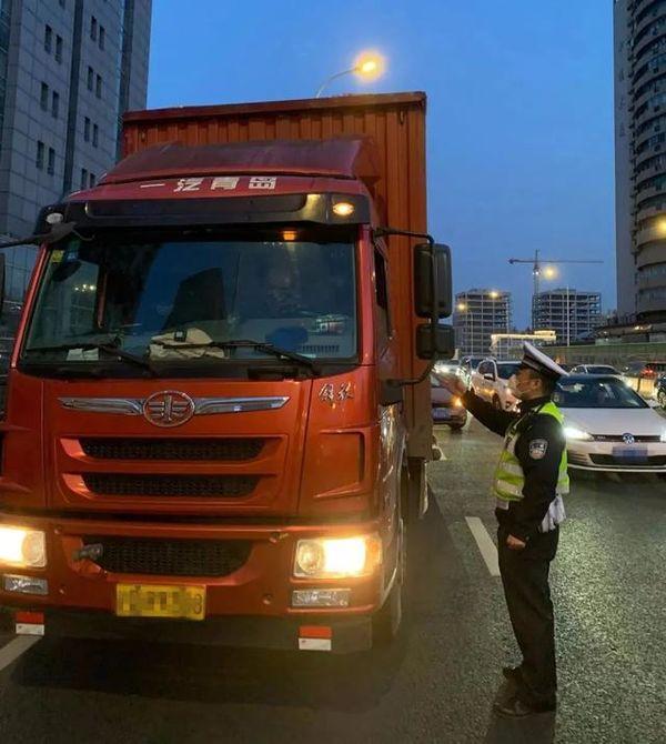 上海交警�啦樨��超高3月已查�@1374起
