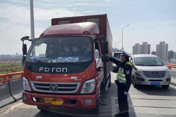 1374起货车违法被抓!上海高架24小时不间断查货车违法行为