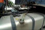 货车加装10米长巨型储油罐!司机:着火活该!