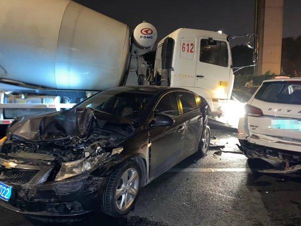 上海发生11车追尾事故疑似搅拌车刹车失灵现场多辆车损毁严重