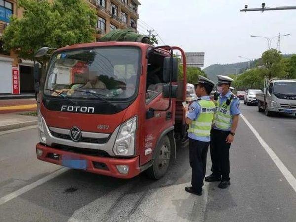 16次交通违法未处理!货车司机偷偷给执勤交警两包烟