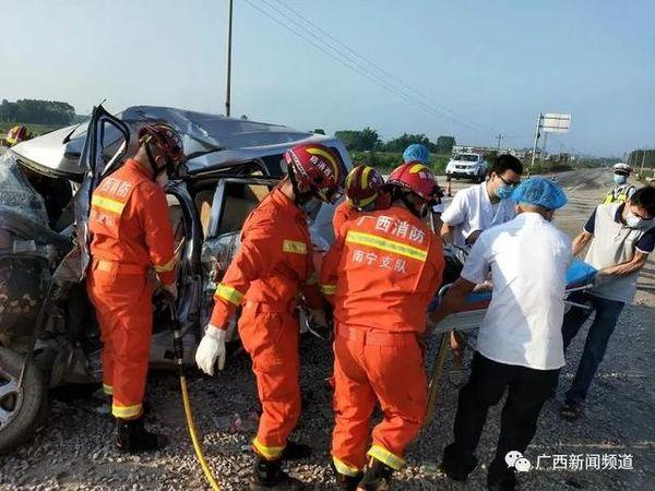 已致5人死亡国道G322发生一起惨烈车祸大货车撞上面包车