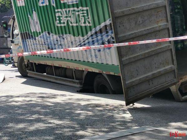 成都一路面发生塌陷货车车轮陷入被困卡友:我可没超载